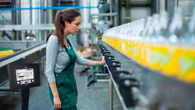 PC industrial en una línea de producción